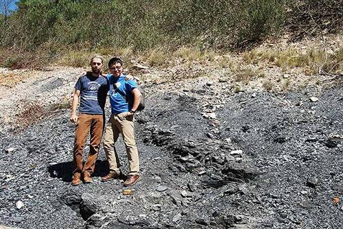 ヤツメウナギの化石を発掘した南アフリカ南部のフィールド。一緒に写っているのは現地での協力者で共同研究者のロブ・ゲス博士(ローズ大学)。(写真提供:宮下哲人)
