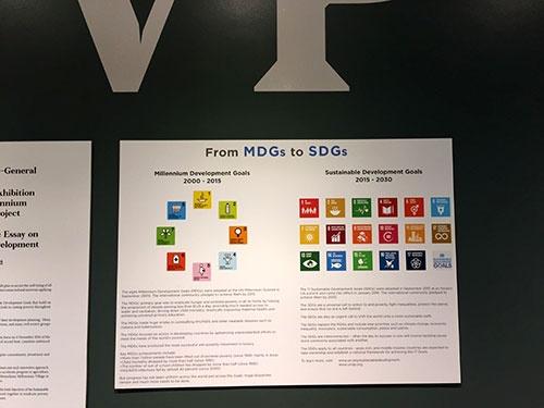 国連ビル1階ホールに掲示された「MDGs(ミレニアム開発目標)からSDGsへ」の移行を示すポスター。2000~2015年の目標だったMDGsは貧困対策など8つの目標を掲げていたが、SDGsの目標は環境や働きがいなどを含め17と大きく増えた