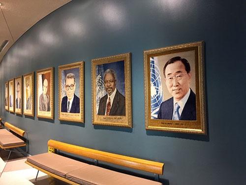国連本部ビル1階ホールに掲示された歴代国連事務総長の肖像画(イランが寄贈したシルクの織物)。米国の国連政策の変化が懸念されるが、持続可能な環境・社会に向け、各国の連携はさらに重要になっている