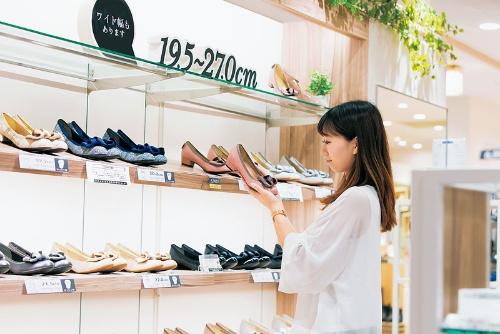 丸井グループの商品や売り場にもESGの取り組みが表れている。顧客が自分に合う靴を見つけられるように豊富なサイズをそろえたプライベートブランド商品を開発した。売り場には在庫を置かずインターネットで注文する方式を採用して在庫を減らしている