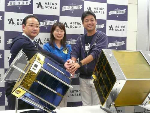 アストロスケールの岡田光信CEO(右)と産業革新機構の土田誠行氏(左)。3月1日に開いた会見には宇宙飛行士の山崎直子氏(中央)も駆けつけた
