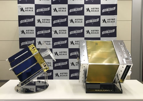 左はデブリを除去する衛星の子機、右は小さいデブリのマップを作成する観測衛星のモックアップ