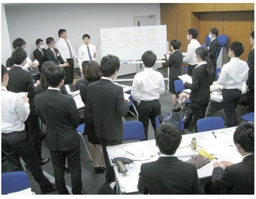 新任の課長が新入社員に環境教育を行う新しいシステムを導入し、当事者意識を持たせた