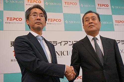 ガス販売を支援する新会社を設立。左が東京電力エナジーパートナーの川崎敏寛社長、右が日本瓦斯の和田眞治社長