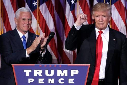 大統領選の勝利集会に臨んだドナルド・トランプ氏(左)と副大統領に就任予定のインディアナ州知事・マイク・ペンス氏。(写真=ロイター/アフロ)