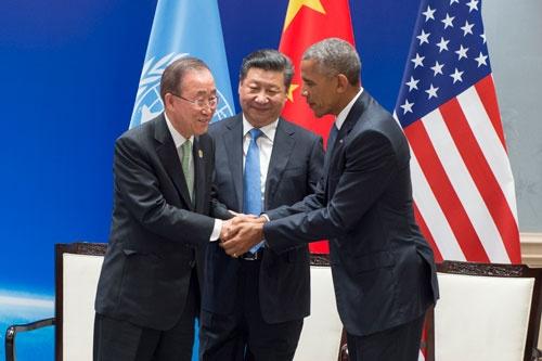 2016年9月3日、中国・杭州での20カ国・地域(G20)首脳会議の前日、米中はそろってパリ協定を締結するための文書を国連に寄託した。写真は左から国連の潘基文(バンキムン)事務総長、中国の習近平主席、オバマ米大統領。(写真=UN Photo/Eskinder Debebe)