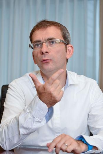 """<span class=""""fontBold"""">ピエール・ラウッテ氏</span><br /> オランダの建機・農機大手CNHの国際部門の事業部長など経て、2012年にイタリアの商用車大手、イベコ(IVECO)に。グローバルバス事業の副社長を担当後、2014年から現職。仏ルーアン・ビジネススクールでマーケティングおよびテクノロジー管理の修士号を取得、米マサチューセッツ大学Isenberg School of ManagementでMBA取得<br /> (写真:中島 正之)"""
