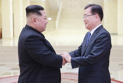韓国からの特使、鄭義溶(チョン・ウィヨン)国家安保室長(右)と握手する、北朝鮮の金正恩委員長(写真=The Blue House/AFP/アフロ)