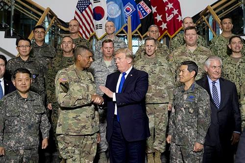 在韓米軍のハンフリーズ基地を訪問したトランプ大統領(写真:AP/アフロ)