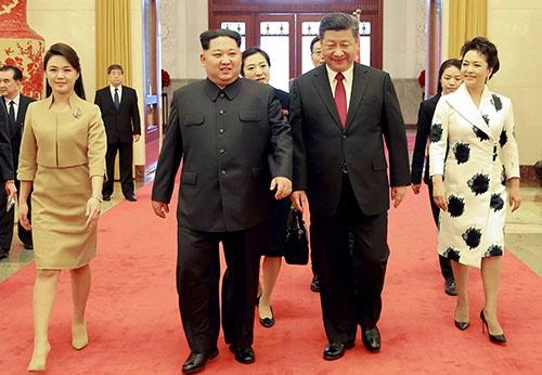 夫人と共に中国に歓待された金正恩委員長(左から2人目)。左隣は李雪主夫人。右隣は習近平国家主席、一番右は彭麗媛夫人(提供:KNS/KCNA/AFP/アフロ)