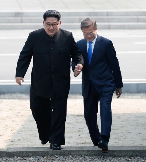 金正恩委員長(左)と文在寅大統領はともに軍事境界線を越えた(写真=アフロ)