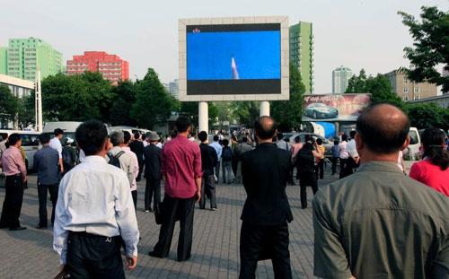 北極星2号発射のニュースをパブリックスクリーンで見る平壌の市民(写真:AP/アフロ)