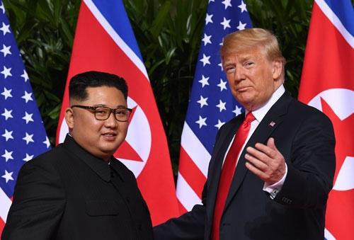 一見したところ会談を主導したトランプ米大統領(右)。果たして交渉上手はいずれだったのか(写真:AFP/アフロ)