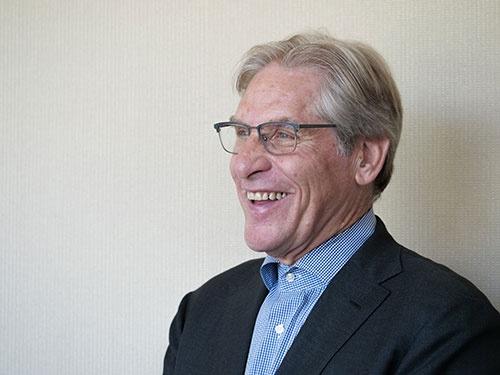 """<span class=""""fontBold"""">ポール・ゴールドスタイン氏</span><br />パシフィック・テック・ブリッジ社長兼CEO<br />1949年、米ニューヨークに生まれる。インディアナ州立大学で歴史と政治を学ぶ。政治専門誌エグゼクティブ・インテリジェンス・レビューの記者などを経て、1982年から政治・経済、インテリジェンスのコンサルタント。カウンターインテリジェンスや国家安全保障戦略が専門。(写真:加藤 康、以下同)"""