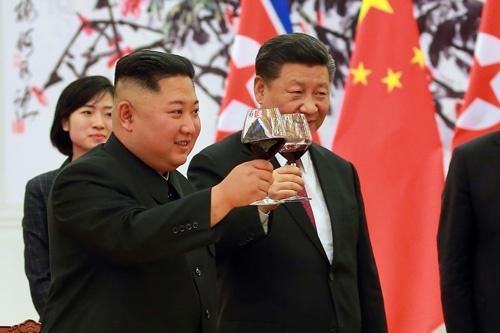 3度目の首脳会談に臨んだ金正恩委員長(中央)と習近平国家主席(右)(提供:KNS/KCNA/AFP/アフロ)