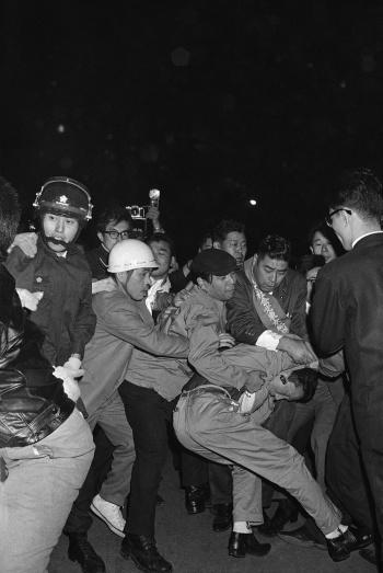 日韓基本条約は「日米韓の軍事同盟だ」との強い批判を日本国内でも受けつつ批准された(写真:AP/アフロ)