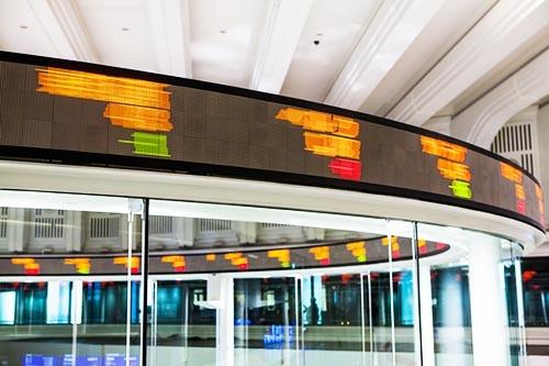 トランプ氏の当選以来、海外投資家の買いが入ったこともあり、株式市場はおおむね上昇トレンドが続いた。今後もこの勢いを維持するために必要な条件とは何か。(写真:PIXTA)
