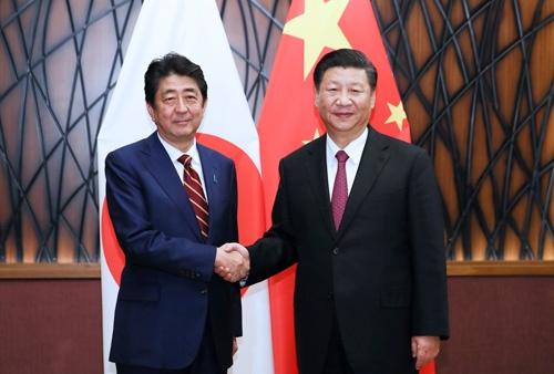 2017年、ベトナムで会談した日中首脳(写真:新華社/アフロ)