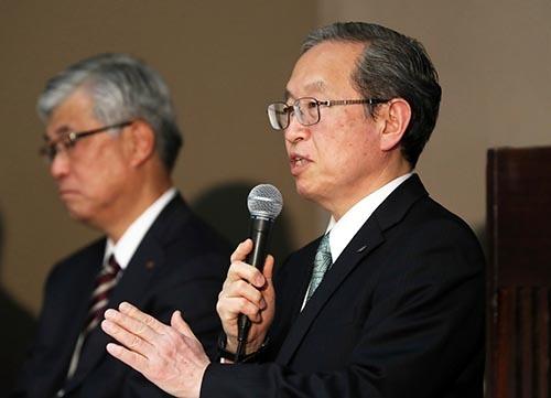 2月14日に会見した東芝の綱川智社長(右)と佐藤良二監査委員会委員長(左)。(写真:つのだよしお/アフロ)