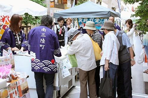 仙台などでは被災地産品を販売するイベントが開催されるが、復興は道半ばだ(写真:共同通信社)