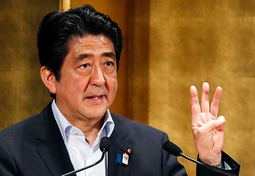 2013年、成長戦略の柱の1つとして「国家戦略特区」の創設について説明する安倍晋三首相 (写真:ロイター/アフロ)