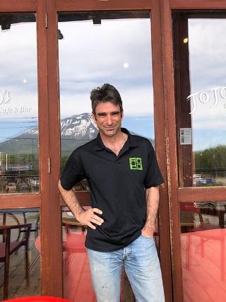 """<span class=""""fontBold"""">ロス・フィンドレー氏</span><br />1964年オーストラリア・メルボルン生まれ。キャンベラ大学卒業。米国やスイスでスキーのインストラクターを経験。1989年来日、札幌でスキー学校のインストラクターなどを務める。1992年倶知安町に移住。建設会社で働きながら、スキーのインストラクターを続ける。1994年ニセコアドベンチャーセンター(NAC)設立。社長に就任して今に至る。冬のスキーによる観光しかなかったニセコ地域に、ラフティングなど夏の体験観光を付加、広く国内外から観光客を集めることに成功した立役者。日本人の妻との間に4人の子どもがいる。"""