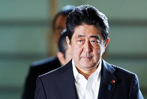 安倍首相は、内閣支持率が続落するなかで内閣改造を3日に実施したが…(写真:ロイター/アフロ)