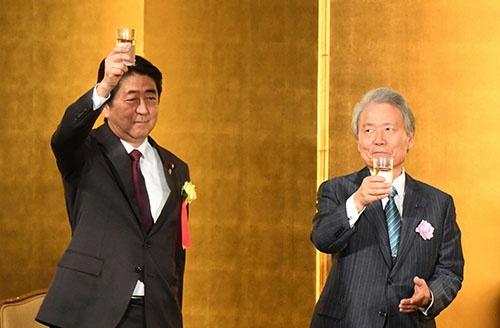 安倍晋三首相は経済界に対して、利益の増加分を賃上げなどに回すよう求め続けている。(写真:毎日新聞社/アフロ)