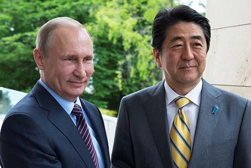 安倍首相は「北方領土問題」に象徴される日露関係を、残された最大の「戦後レジーム」と位置付け、問題終結に意欲を見せている。(写真:Kremlin/Sputnik/ロイター/アフロ)