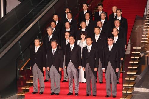 首相官邸で記念撮影した第4次安倍改造内閣(写真:AFP/アフロ)
