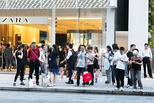 国慶節の連休(国慶節は10月1日、今年は10月1日~7日までが連休)を利用して訪日した中国人観光客が、東京・銀座でショッピングをしている様子。2、3年前のように「爆買い」する観光客は少なくなっているようだ。(写真:Rodrigo Reyes Marin/アフロ)