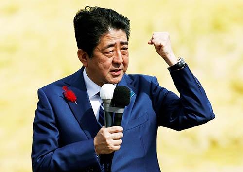 選挙期間中に演説をする安倍首相。この時期に株価が上がったことは自民党にとって追い風となった。(写真:ロイター/アフロ)