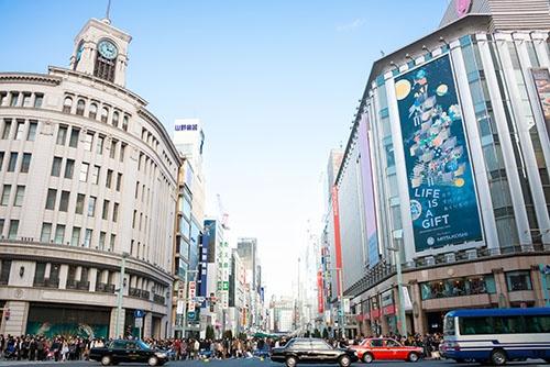 外国人観光客には「化粧品」と「ハイエンドブランド」が根強い人気だ。東京・銀座は人通りが絶えない(写真:アフロ)