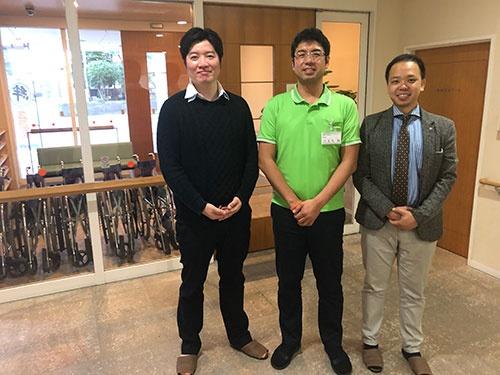 左から歯科医師の瀧内博也・クロスケアデンタルCEO、特別養護老人ホーム「マナハウス」の小金丸誠施設長、起業家の浜俊壱・クロスケアデンタルCOO