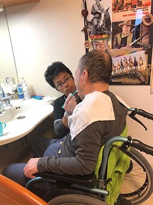 福岡市西区の特別養護老人ホーム「マナハウス」で口腔ケアを行う介護職員