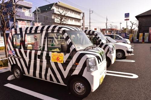 ヤマグチの営業車「シマウマカー」。顧客の注意を引くように目立たせている(写真:菊地一郎、以下同)