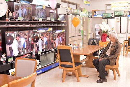 山口社長は店内の様子を常に気にしている(写真:菊池一郎)