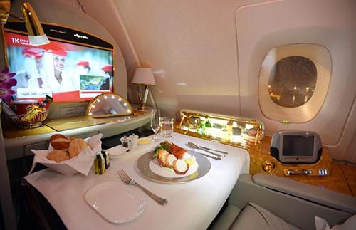 エミレーツ航空は、A380の大きさを生かして絢爛豪華な内装で乗客を驚かせる