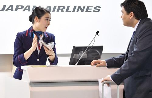 外国人客を出迎える羽田空港勤務の町野さん