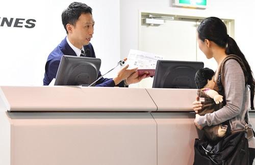 海外部門で優勝したソウル金浦空港のキムさん(写真内左)