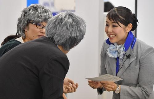 老夫婦役にどのように対応するのかなどが評価項目の一つに。写真右手が今回優勝した高野早希さん