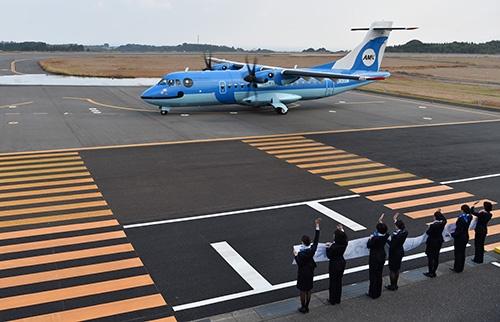 天草空港で天草エアラインの客室乗務員に出迎えられる2代目みぞか号ATR42-600</br>(撮影:吉川 忠行、ほかも同じ)