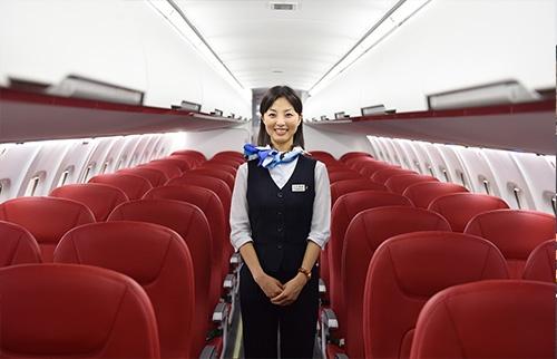 2代目みぞか号の機内に立つ客室乗務員