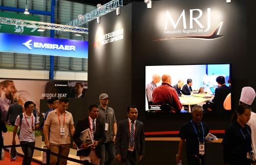 シンガポール航空ショーで隣り合うMRJとエンブラエル(写真:吉川忠行、以下同様)