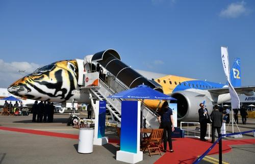 エンブラエルはシンガポール航空ショーで次世代機の試験飛行機を展示し、気炎を上げていた