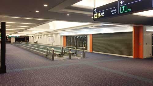 到着した深夜1時の羽田空港は、昼間とはうって変わって、人がほとんどいない