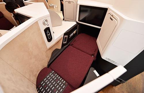 寝るときにはシートをフルフラットにすることができる。フルフラット時のベッドは、スタッガード配列のシートよりもゆとりがある
