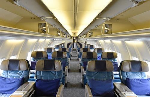 機内はさすがに古さを感じるが、空間はゆったりとしている