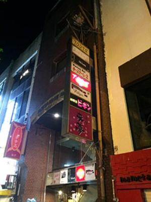 地震の影響で壁にひびが入ったビルも