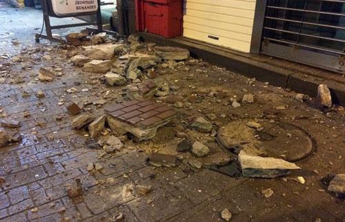 震度7の揺れの後の熊本市中央区の様子(撮影:吉川 忠行、以下同)。壁からレンガなどが落下し、破片が砕けている